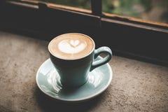 вектор Валентайн иллюстрации дня пар любящий Сердце формы на чашке кофе Стоковые Изображения