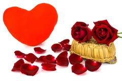 вектор Валентайн иллюстрации предпосылки красивейший Лепестки и красные розы на белой предпосылке Стоковая Фотография