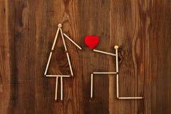 вектор влюбленности jpg изображения объявления Люди спичек на деревянной предпосылке Стоковое Изображение
