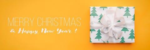 вектор иллюстрации рождества eps10 знамени Красивый подарок рождества изолированный на яркой желтой предпосылке Покрашенная бирюз стоковая фотография rf
