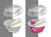 Вектор обозначил открытый круглый пластмасовый контейнер с фольгой, прозрачными крышкой и маслом, расплавленным сыром или распрос иллюстрация штока