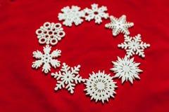 вектор снежинок иллюстрации рождества предпосылки красный Привод игрушки рождества Стоковое Изображение RF