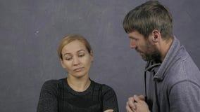 вектор ссоры JPEG иллюстрации семьи eps изолированная головка рук предпосылки отечественная защищает к женщинам расправы белым мо видеоматериал