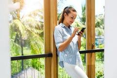 вектор технологии связи изолированный иллюстрацией Бизнес-леди используя мобильный телефон, Стоковое Изображение