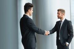 вектор людей jpg иллюстрации дела Успешный деловой партнер тряся руки в th Стоковые Фотографии RF