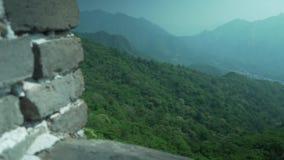 Великая Китайская Стена Китая на солнечный день, Пекин, взгляда с окружающими горами видеоматериал