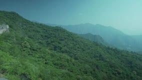 Великая Китайская Стена Китая на солнечный день, Пекин, взгляда с окружающими горами сток-видео