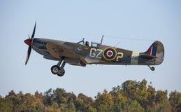 Великобританская истребительная авиация Spitfire принимая с раскрытым посадочным устройством стоковое изображение rf