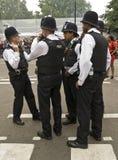 Великобританские полиции собирая на масленице холма Notting стоковая фотография rf