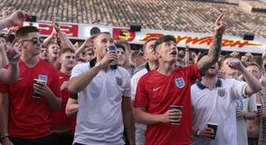 Великобританские туристы наблюдая футбольный матч мира на гигантском экране во время их праздников в mallorca широко стоковые изображения