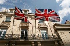 2 великобританских флага летают вне магазина в Лондоне, Англии стоковые изображения rf