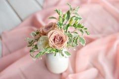 Великолепный букет различных цветков цветочная композиция в белой керамической вазе округлой формы Сервировка стола стоковые фото