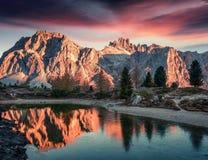 Великолепный взгляд горы озера и Lagazuoi Limides стоковые изображения rf
