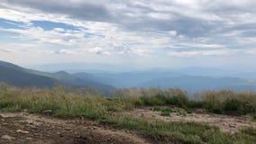 Великолепный вид гребня горы от вершины другой горы сток-видео