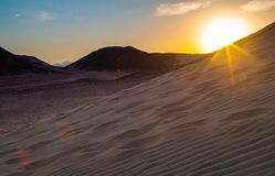 Великолепный заход солнца пустыни стоковые изображения