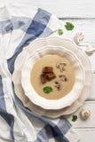 Величает суп сливк с гренками рож на белом деревянном столе Взгляд сверху, плоское положение стоковые изображения