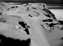 Величественная верхняя часть горы с снегом в черно-белом Стоковые Фотографии RF