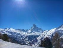Величественная гора Маттерхорна перед голубым небом со снегом на переднем плане стоковые фото