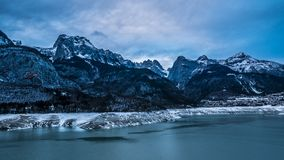Величественная панорама горы зимы, который опорожнили озера Стоковое Изображение RF