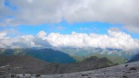 Величественные горы предусматриванные в белых облаках, ландшафте, steadicam акции видеоматериалы