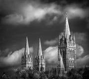 Величественные и сногсшибательные шпили собора Truro, Корнуолла стоковая фотография