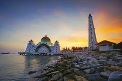 Величественный взгляд мечети проливов Малаккы во время захода солнца стоковая фотография