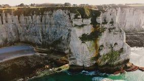 Величественный воздушный средний снятый взгляд эпичного известного белого залива взморья скалы мела около солнечного захода солнц видеоматериал