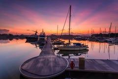 Величественный восход солнца при шлюпка отдыхая около дока как foregrou Стоковые Фото