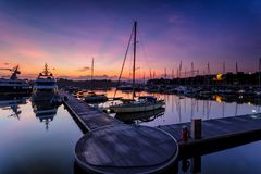 Величественный восход солнца при шлюпка отдыхая около дока как foregrou Стоковое Изображение RF
