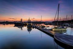 Величественный восход солнца при шлюпка отдыхая около дока как foregrou Стоковая Фотография RF