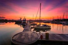 Величественный восход солнца при шлюпка отдыхая около дока как foregrou Стоковое Изображение