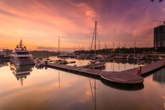 Величественный восход солнца при шлюпка отдыхая около дока как foregrou Стоковое фото RF
