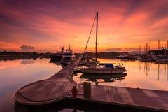Величественный восход солнца при шлюпка отдыхая около дока как foregrou Стоковые Фотографии RF