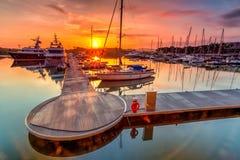 Величественный восход солнца при шлюпка отдыхая около дока как foregrou Стоковые Изображения