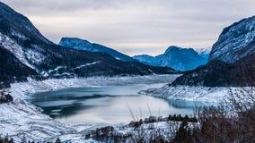 Величественный ландшафт горы зимы высокогорного озера Стоковая Фотография