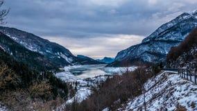 Величественный ландшафт горы зимы озера Molveno, Trentino, его Стоковые Изображения RF