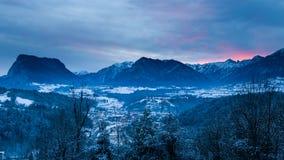 Величественный ландшафт зимы с интенсивным заходом солнца Стоковое Фото