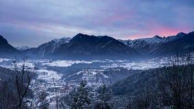 Величественный ландшафт зимы с интенсивным заходом солнца Стоковое Изображение RF