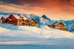 Величественный лыжный курорт в французских Альпах, Европа захода солнца и стоковые изображения