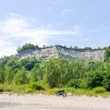 2 велосипеда на пляже с деревьями и скалами на заднем плане - блефы Scarborough - Торонто Стоковые Изображения