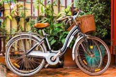 2 велосипеда на улице города, Luang Prabang, Лаосе Конец-вверх Стоковое Изображение