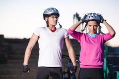 2 велосипедиста горы представляя совместно Outdoors Стоковое фото RF