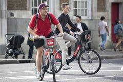 Велосипедисты возвращают домой от работы Стоковые Фото