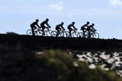 Велосипедисты в peloton на дороге к Лансароте, Канарским островам стоковая фотография rf