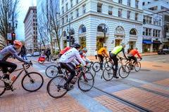 Велосипедисты ехать гонки велосипед на SW Бродвей, Портленде Стоковые Фотографии RF