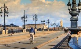 Велосипедисты и пешеходы гуляют на мосте реки Бордо стоковое изображение rf