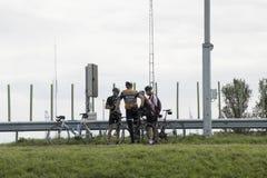 Велосипедисты отдыхают перед отключением там 30 километров над Afsluitdijk стоковая фотография rf