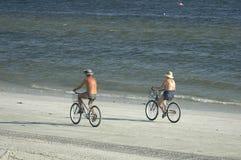 велосипедисты пляжа стоковое изображение rf