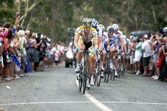 Велосипедисты состязаются на путешествии вниз вниз стоковая фотография rf