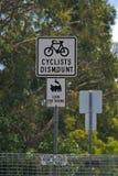 Велосипедисты спешиваются знак стоковые изображения